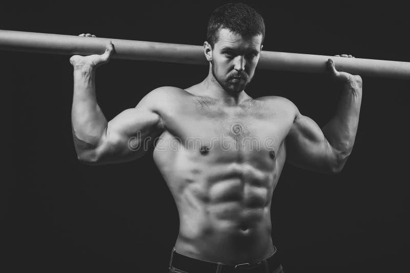 肌肉残酷人 有标志横线的肌肉人 库存照片