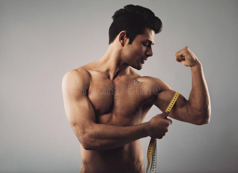 肌肉男性测量的二头肌 免版税库存图片