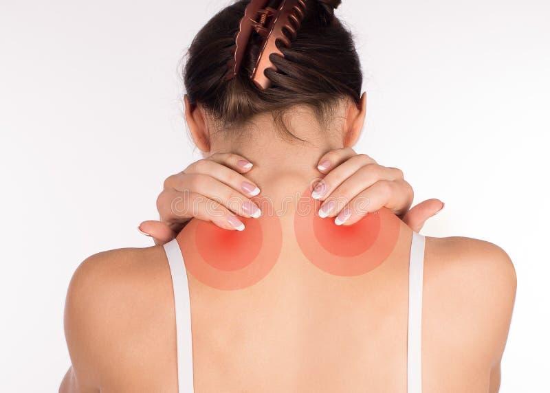 肌肉痉孪 妇女以脖子和肩膀痛苦和伤害,后面看法,关闭,隔绝在白色 图库摄影
