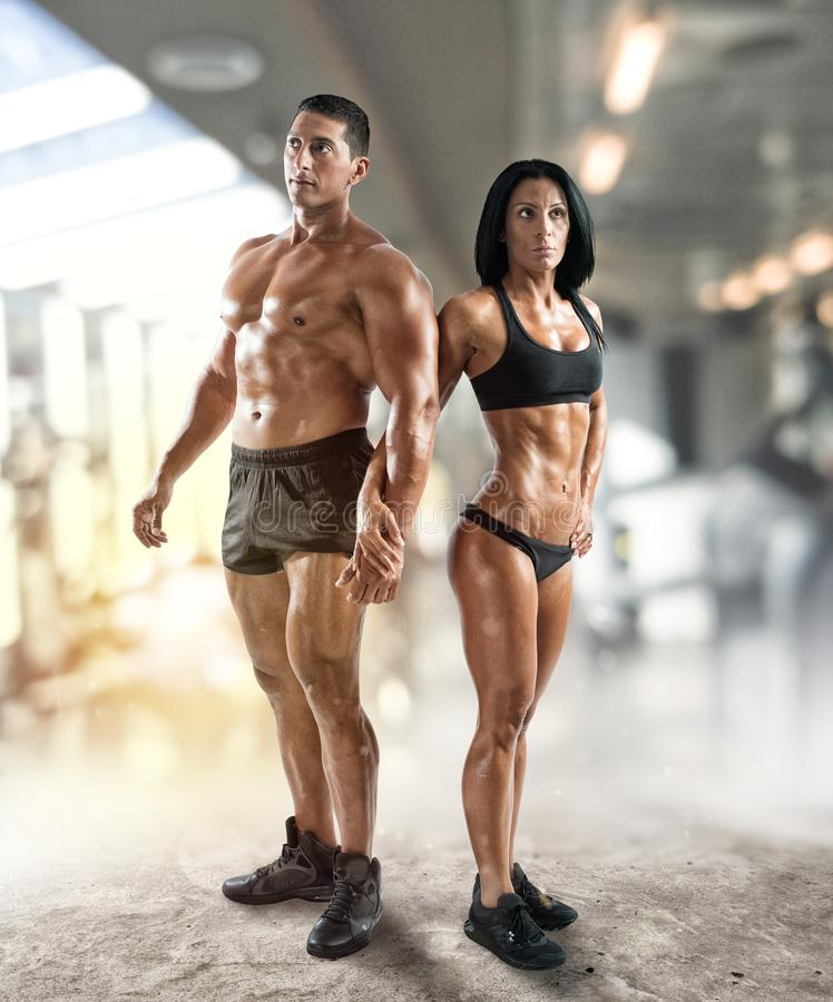 肌肉的男人和妇女健身房的 图库摄影