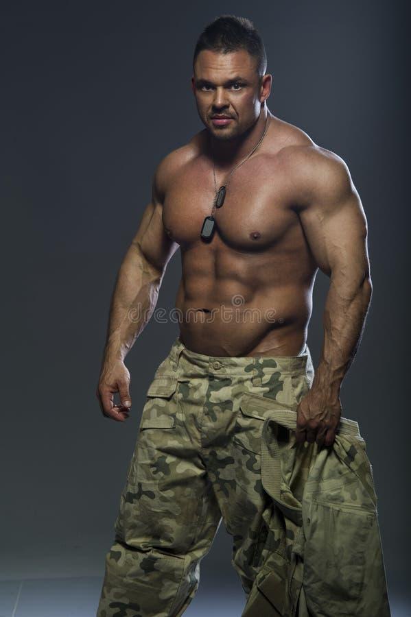 肌肉英俊的人 免版税库存图片