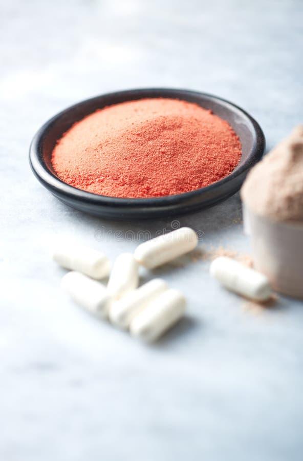 肌酸粉末、Beta胺基代丙酸胶囊和乳清蛋白瓢  体育营养 免版税图库摄影