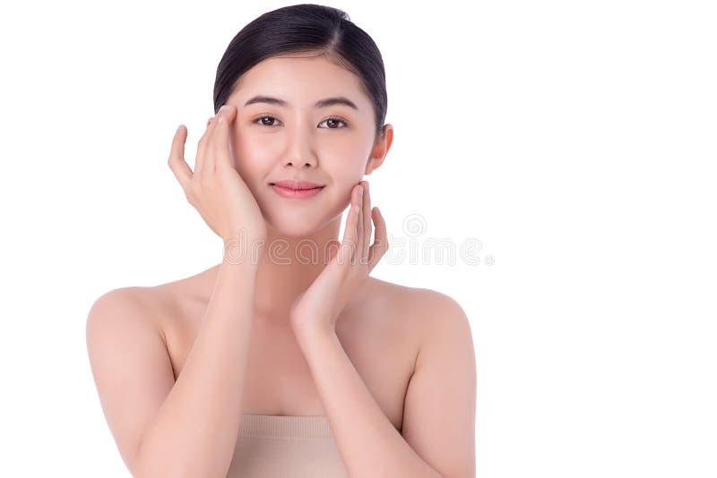 肖像美丽的亚洲年轻女性清洁新鲜裸肤概念 亚洲女性美容护肤保健 库存图片
