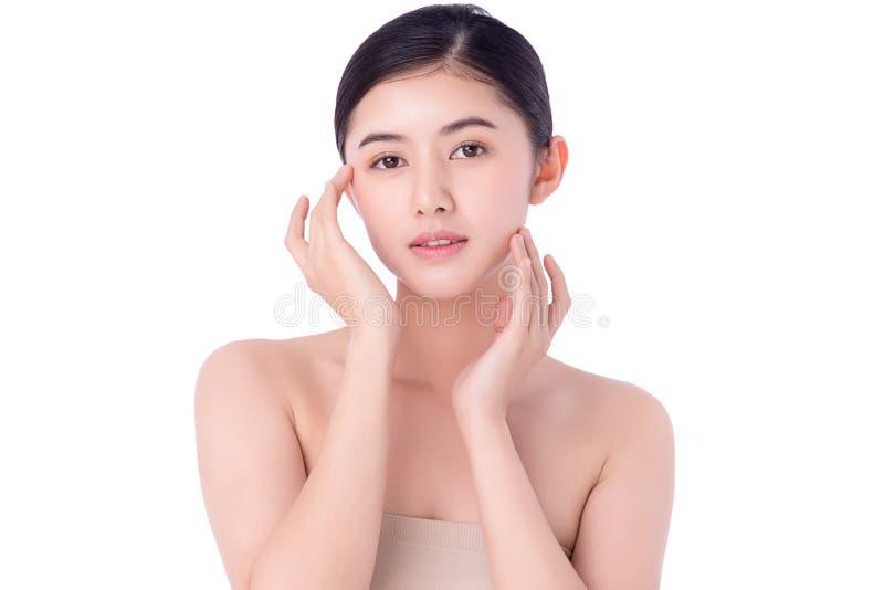 肖像美丽的亚洲年轻女性清洁新鲜裸肤概念 亚洲女性美容护肤保健 库存照片