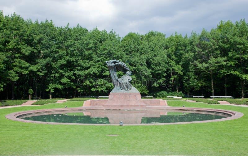 肖邦雕象在Lazienki公园,华沙,波兰。 免版税库存图片
