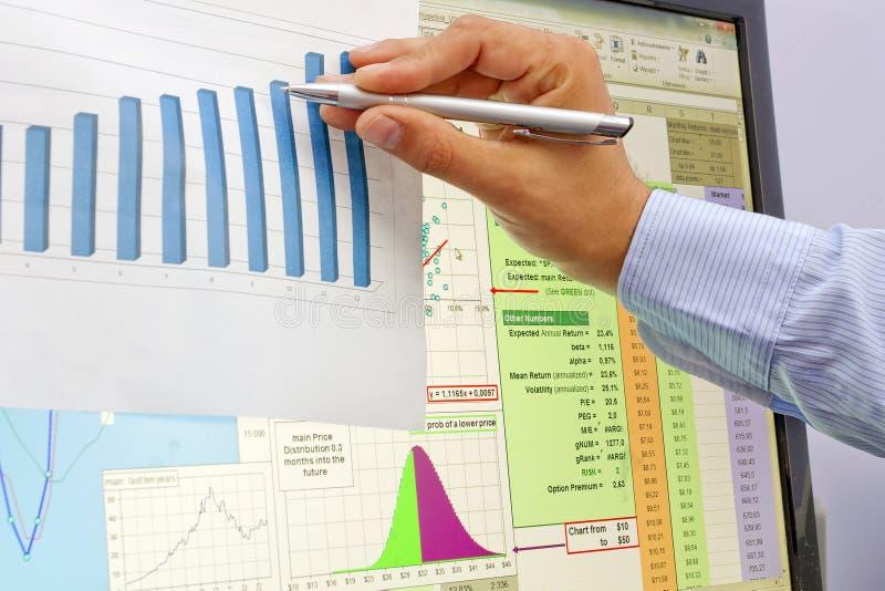 股市图和图表与平底锅在手边 免版税库存照片