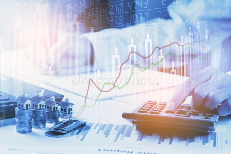 股市或外汇贸易的图表和烛台绘制适用于图表金融投资概念 图库摄影