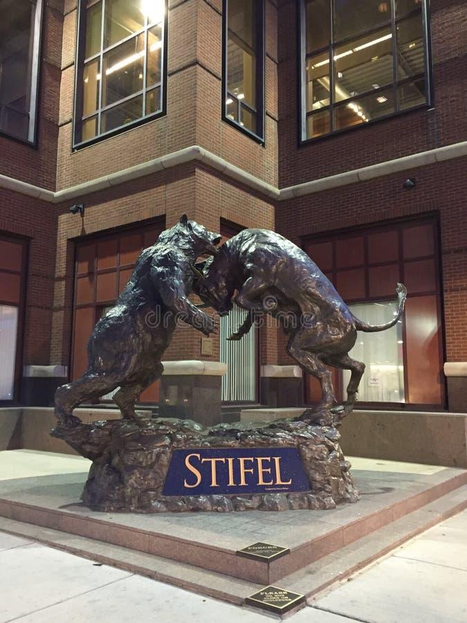 股市牛市与熊市雕象在Stifel总部在圣路易斯密苏里 库存照片