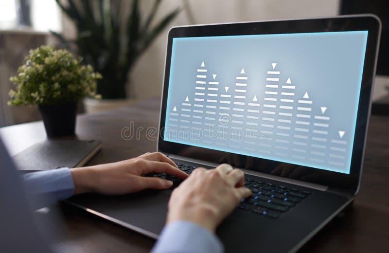 股票交易,数据分析图,图,在虚屏上的图表 企业和技术概念 库存照片