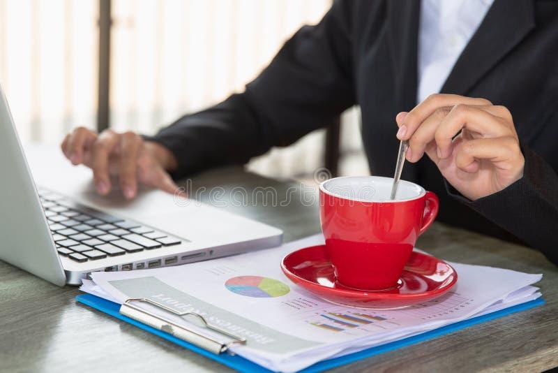 股票市场、办公室、税和项目的概念图片 两个商人分析公司的投资顾问财政 免版税库存图片
