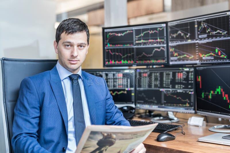 股票经纪人企业画象在traiding的办公室 库存图片