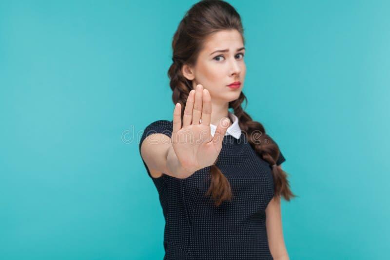 肢体语言,坏情感 在c的严肃的妇女陈列停车牌 库存照片