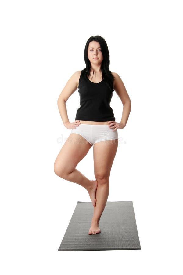 肥头大耳的培训女子瑜伽 免版税库存图片