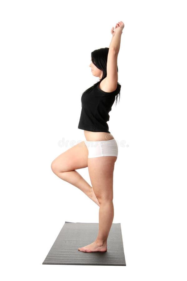 肥头大耳的培训女子瑜伽 免版税库存照片