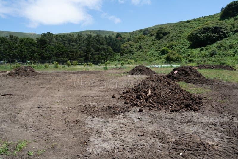 肥料和天然肥料大土墩为在庄稼的用途做准备在领域 图库摄影