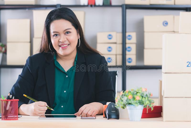 肥满夫人在起始的办公室 库存照片