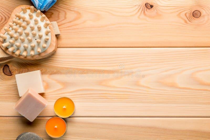 肥皂、蜡烛和按摩器在木板 免版税库存照片
