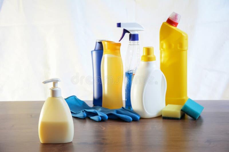 肥皂和洗碗布在桌上 清洗的抹 瓶机智 免版税库存图片