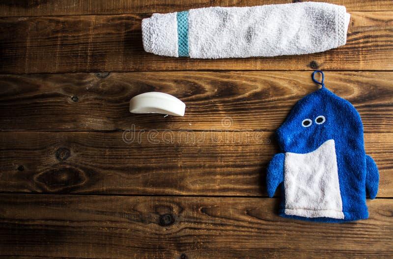 肥皂毛巾和丝瓜络在木背景 库存图片