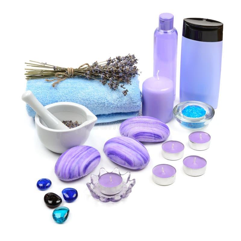 肥皂,香波,毛巾,熏衣草油,被隔绝的有气味的蜡烛  免版税库存图片