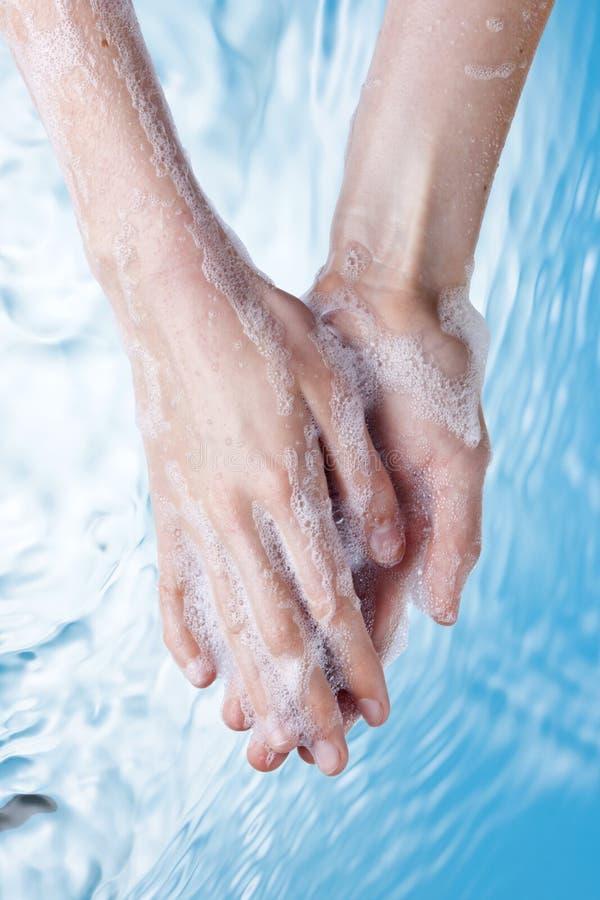 肥皂洗涤的手的水 免版税库存照片