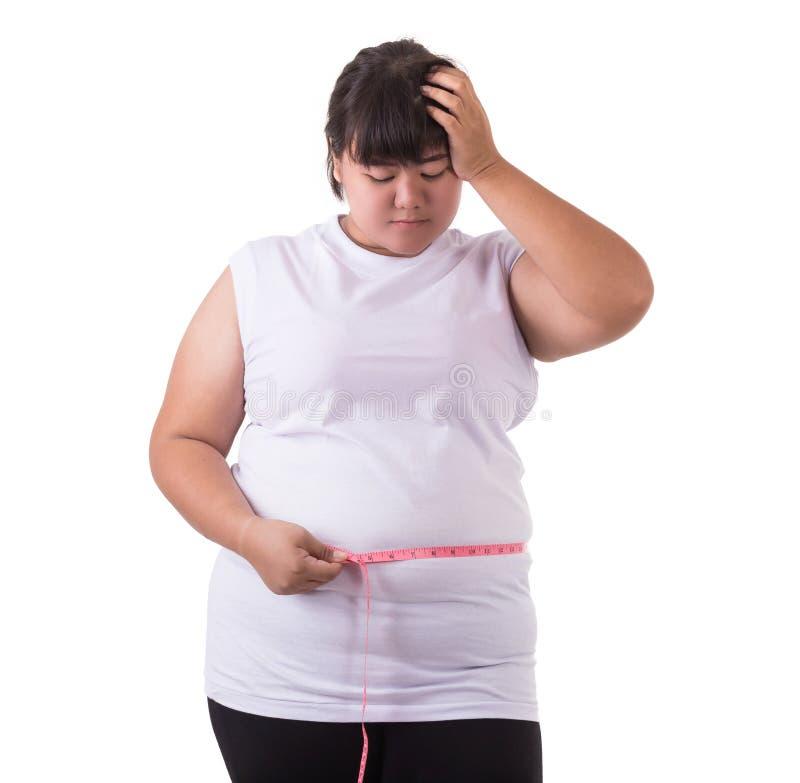 亚洲150人体p_肥胖亚洲女服白色t恤杉和检查她的身体尺寸与在白色背景隔绝的测量