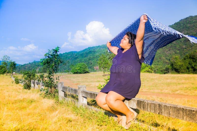 肥胖亚裔妇女显示一个愉快的表示 库存图片
