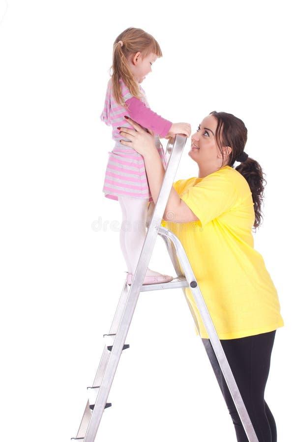 肥胖女孩梯子小母亲 免版税库存照片