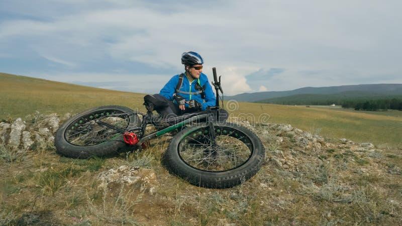 肥胖自行车在驾驶小山的夏天也叫了fatbike或肥胖轮胎自行车 图库摄影