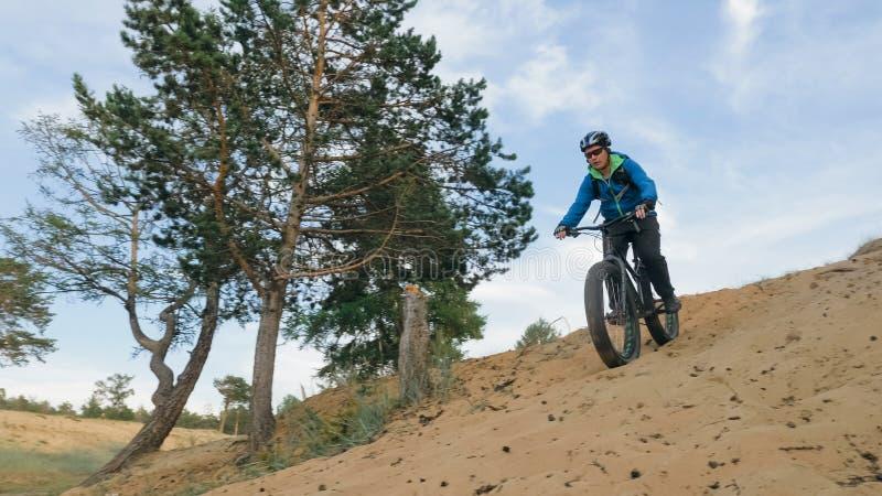 肥胖自行车在驾驶小山的夏天也叫了fatbike或肥胖轮胎自行车 库存照片