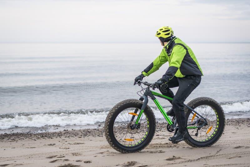 肥胖自行车的年轻人 免版税库存照片