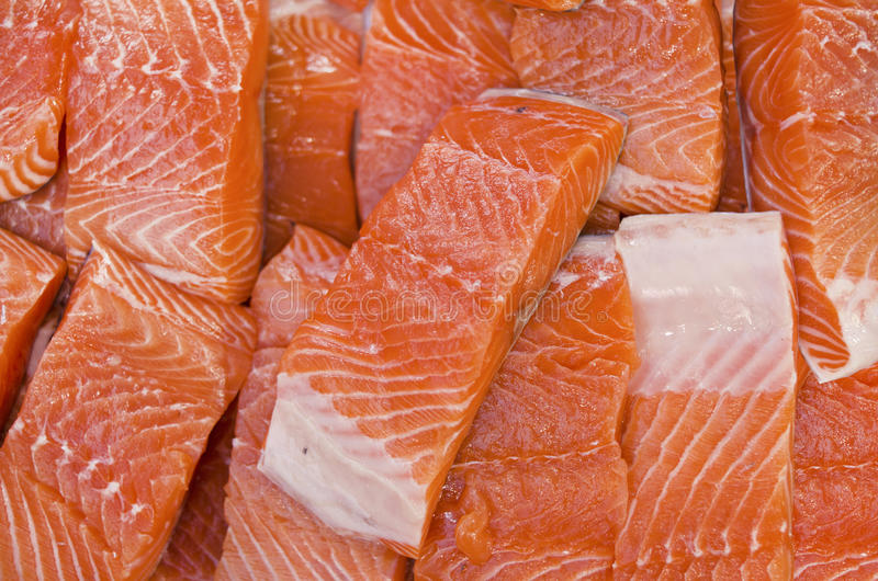 肥腻内圆角新鲜市场三文鱼 免版税库存照片