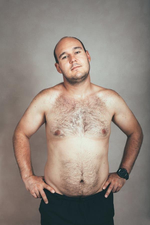 肥头大耳的长毛的赤裸上身的人 图库摄影