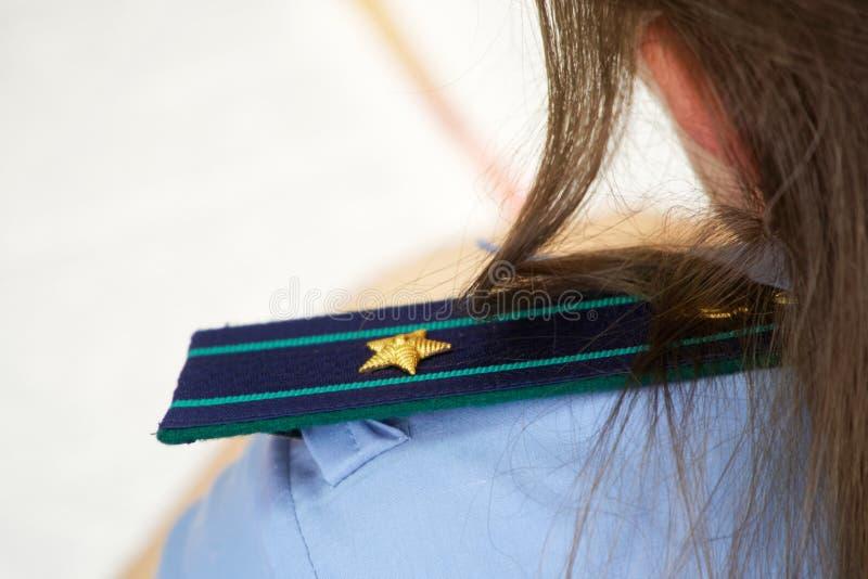 肩带在俄国检举处 女孩是正义的小辈顾问 等级和标题在法律enforcemen 库存照片