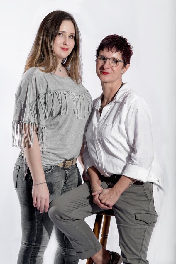 肩并肩站立两名的妇女画象  免版税库存图片