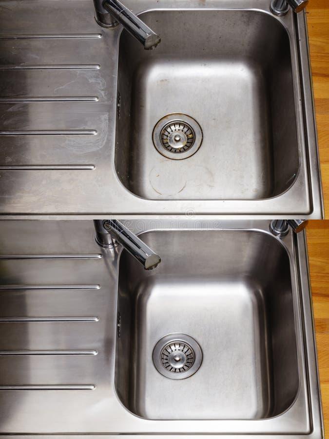 肮脏和清洗发光水槽在厨房里 免版税库存照片