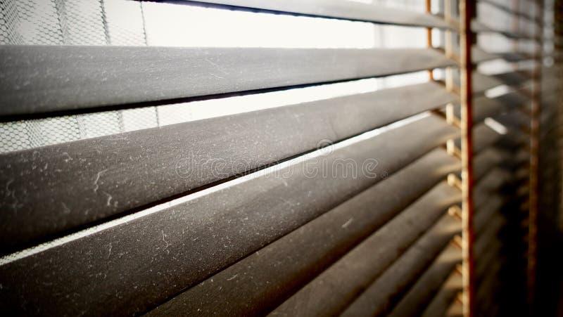 肮脏在尘土斑点水平在窗口木窗帘特写镜头 不好为健康,如果清洗它 库存照片