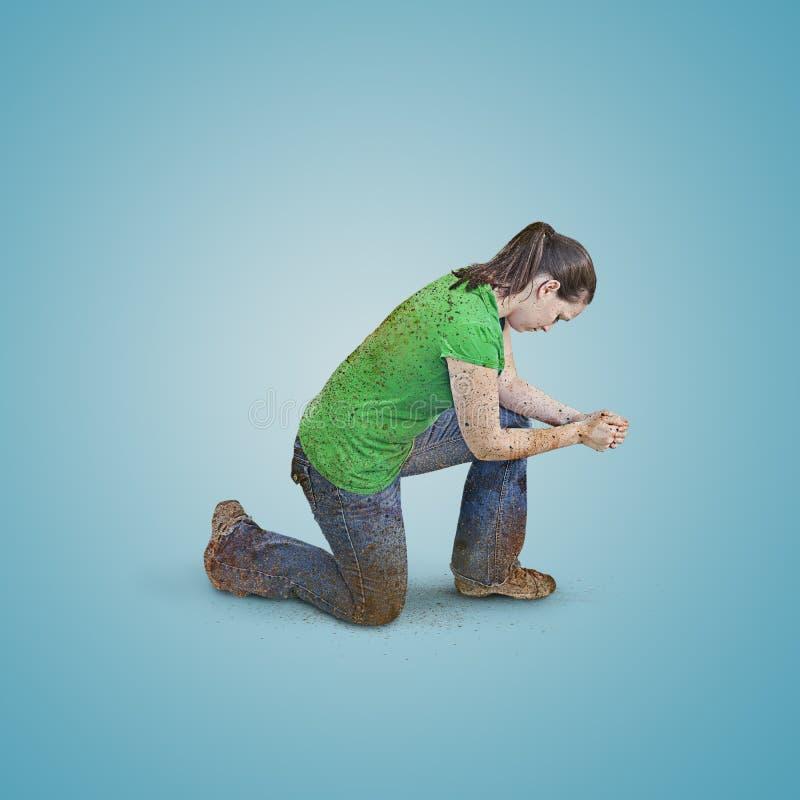 肮脏妇女祈祷。 库存照片