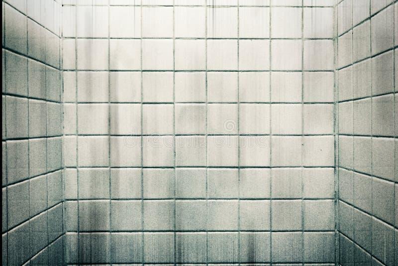 肮脏的五谷白色大理石在背景的卫生间里铺磁砖墙壁 图库摄影