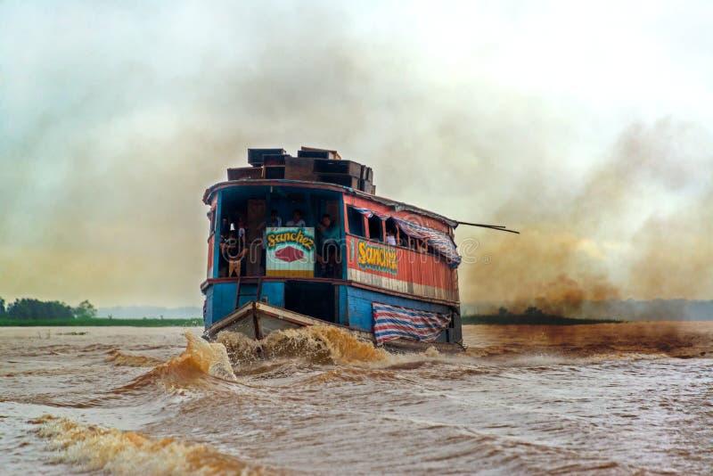肮脏的亚马孙河小船 库存照片