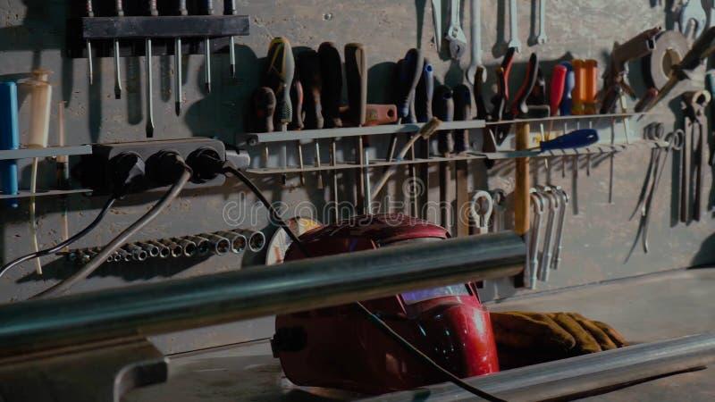 肮脏的套手在箱子的工具和wrenchs特写镜头 车库绘画汽车服务 修理汽车或替换的工具 工程师,ind 免版税库存照片