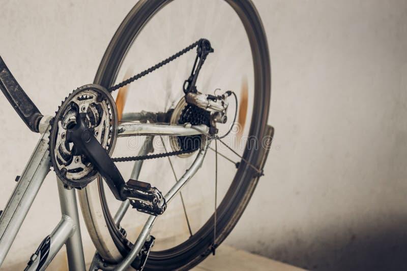 肮脏的打破的被倒置的自行车转动的轮子、脚蹬和链子  免版税库存照片