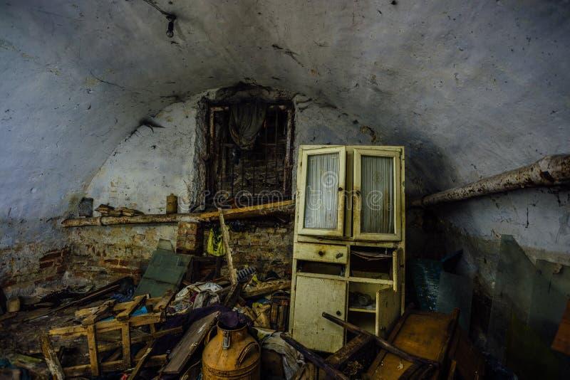 肮脏的杂乱被放弃的跳跃的地下地窖 无家可归者或吸毒者避难所 库存照片
