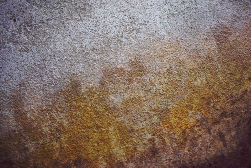 肮脏的水泥墙壁,在墙壁上的污点 免版税库存照片