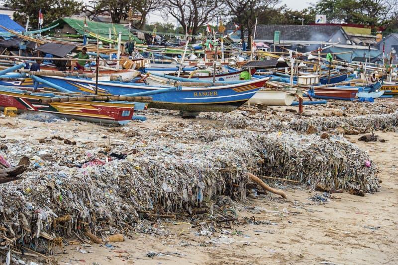 肮脏的海滩在巴厘岛,印度尼西亚 库存照片