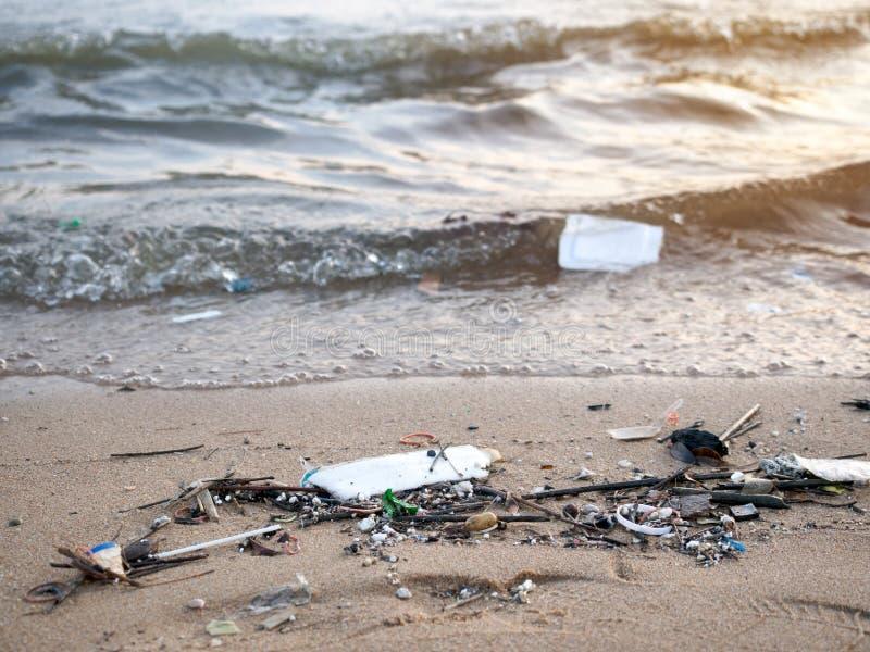 肮脏的海滩,海污染 免版税库存照片
