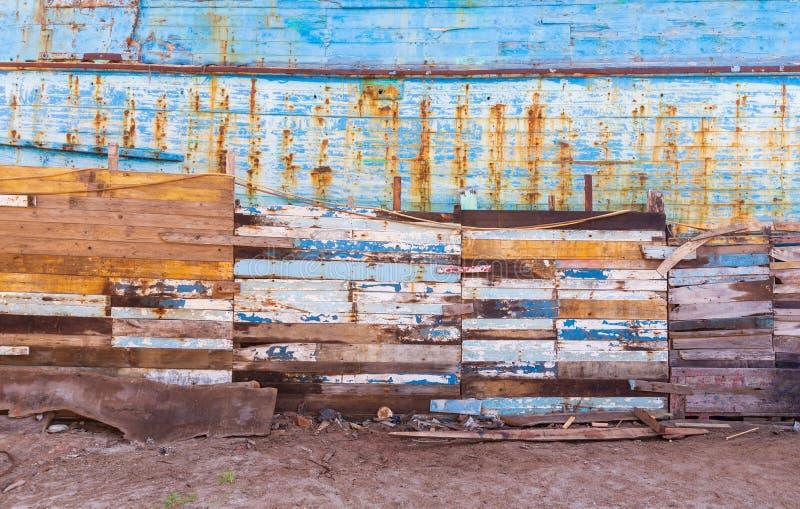 肮脏的空滩上镶着镶板的镶板墙 免版税库存图片