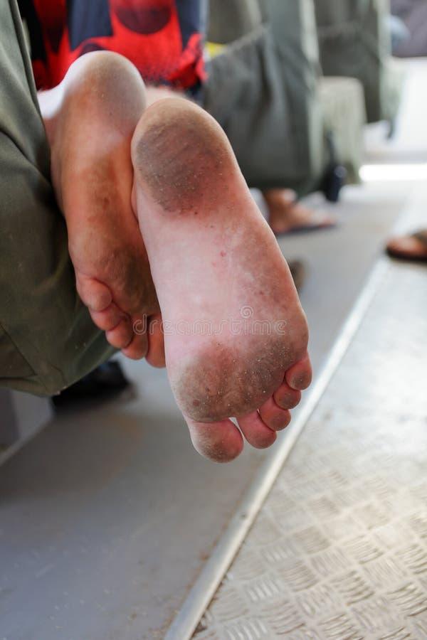 肮脏的脚和鞋底 库存照片