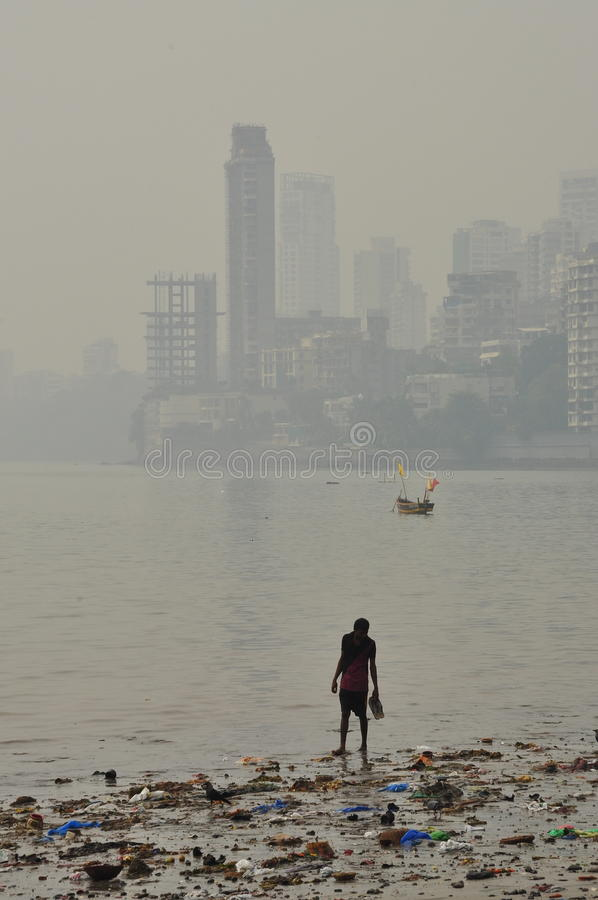 肮脏的被污染的海滩在孟买,印度
