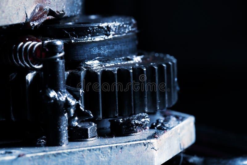 肮脏的被润滑的大齿轮特写镜头作为工业背景 库存图片